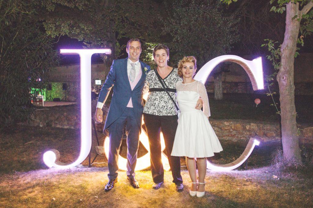 Novios delante de letras luminosas. Wedding Planner en Ciudad Real.