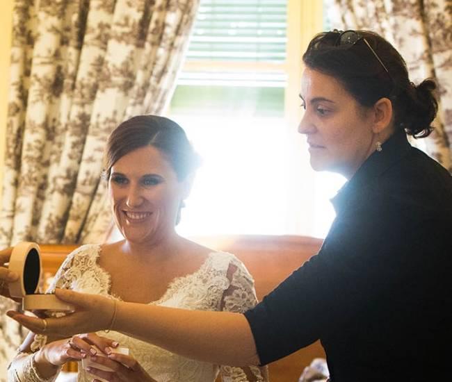 Wedding Planner viendo el anillo de la novia.