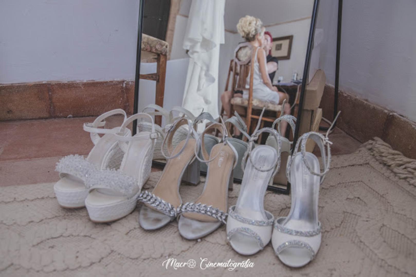 Varios pares de zapatos con espejo de fondo.